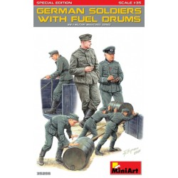 GERMAN SOLDIERS WITH FUEL DRUMS WWII 1/35