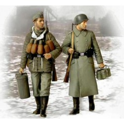 GERMAN SOLDIERS, BRINGING SUPPLIES 1944 1/35